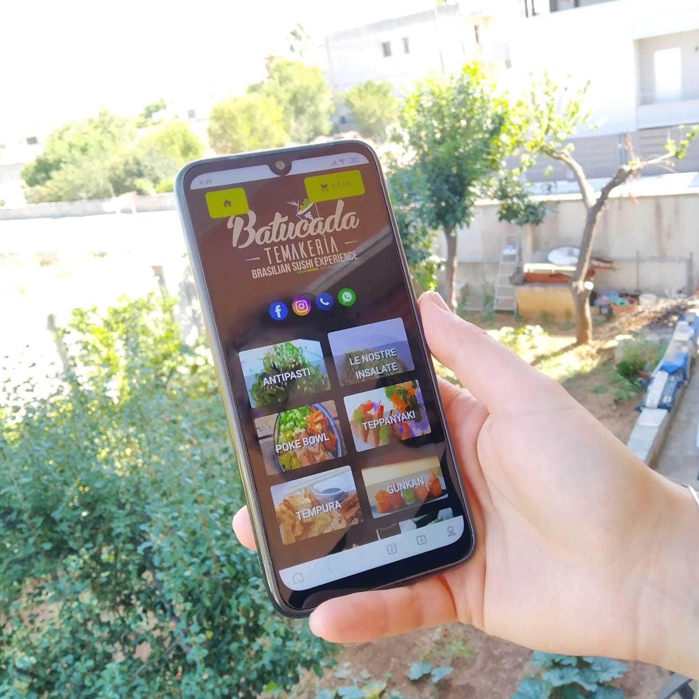 menu digitale batukada temakeria brasilian sushi experience misano adriatico smartphone nella mano destra giardino